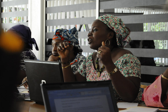 Women peace advocates preparing their recommendations for Global Open Day on Women and Peace in Sierra Leone. (Photo: UNIFEM)