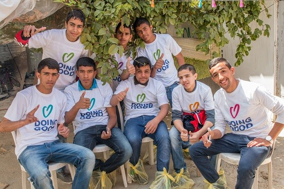 Youth from Rahat volunteered with A New Dawn in the Negev to paint houses for families on Good Deeds Day 2015. Image credit: A New Dawn