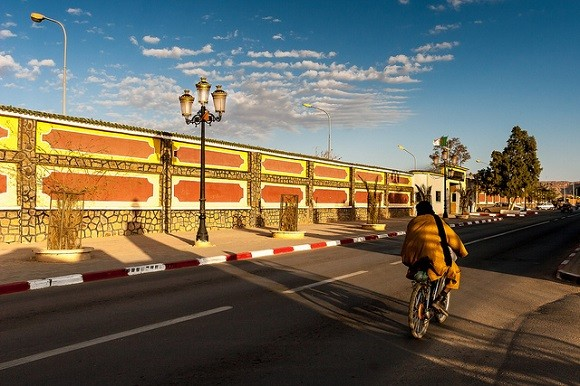 The Algerian town of Tamanrasset is an important staging post for the cross-border trade between Algeria, Mali and Niger. Image credit: Brigitte Djajasasmita.